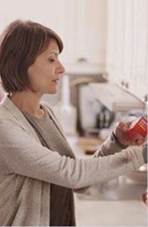 mujer leyendola información de la etiqueta de un analgésico