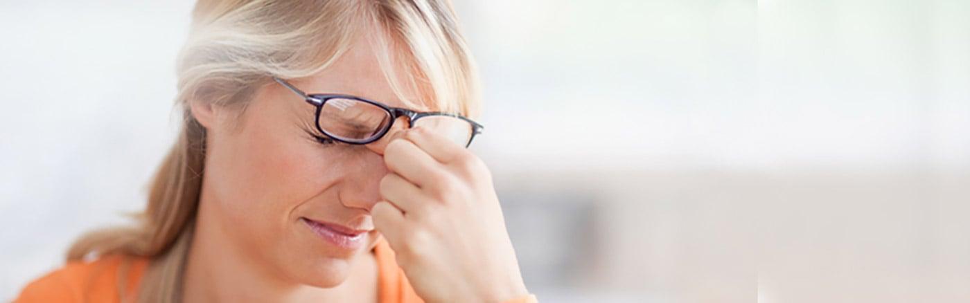mujer con dolor agudo de la sinusitis